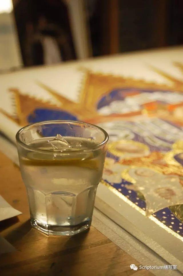 ▲ 倒一小杯低度酒,加冰,檸檬,長嘆一口氣。。瞬間就理解了一千年前一個疲憊不堪的修士在完成了抄寫後於書頁邊緣的吐槽:看在基督的份上,給我來杯喝的吧。